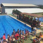 La piscina municipal acoge las competiciones y exhibición del cursillo de natación