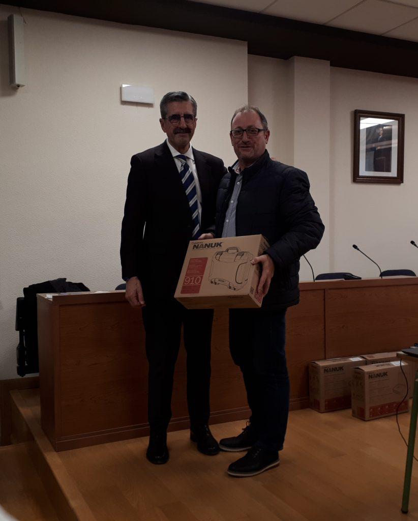 La Agencia Valenciana de Seguridad y Respuestas a las Emergencias entrega al alcalde un kit de comunicación de radio para uso en caso de emergencia