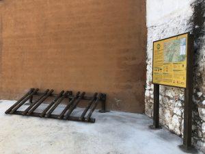 El Centro Btt Maestrat instala un panel informativo y un aparcabicis en Sta. Magdalena