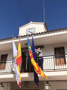 Sta. Magdalena llueix noves banderes a la façana de l'Ajuntament