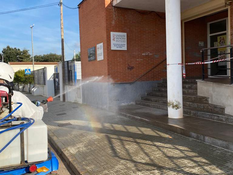 Santa Magdalena desinfecta las zonas comunes más transitadas